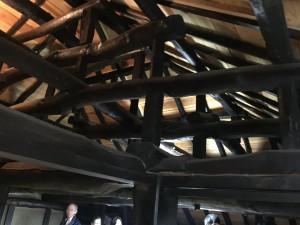 楽農くらぶ 天井に張り巡らされた立派な梁