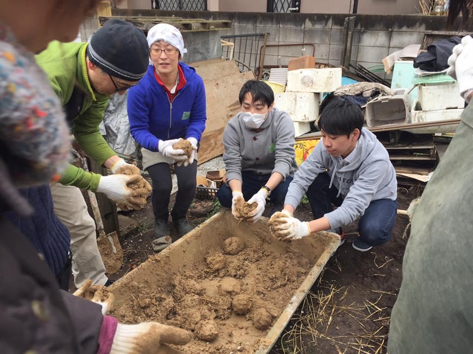 楽農くらぶ 2日目はお団子作りから。童心に戻って土をこねる