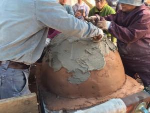 楽農くらぶ きれいに成形し、石灰クリームと漆喰を塗る